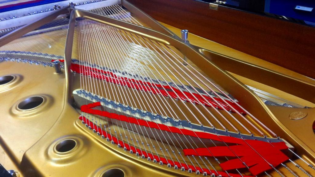 Révision et changement de cordes sur le Steinway C227